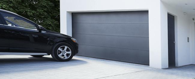 Ein Fahrzeug steht vor einer modernen Garage