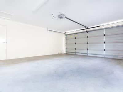 Garage mit geschlossenem Sektionaltor - Innenansicht