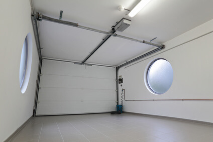 Moderne Garage mit Sektionaltor - Innenansicht